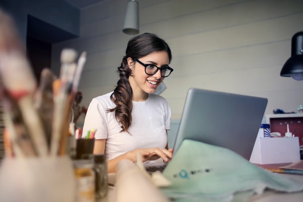woman on computer frustrated